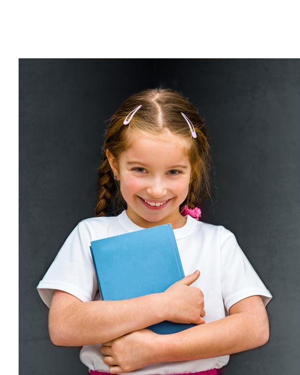 petite fille avec air vilain tenant dans ses mains un livre